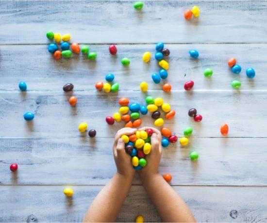 Kind hält Skittles