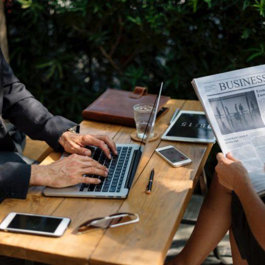 Man Frau Arbeiten Zeitung lesen